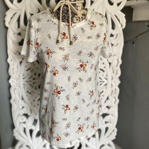 Sonoma floral t shirt w/ small slit on side XS